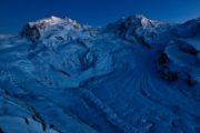 Abenddämmerung am Monte Rosa, links, aufgenommen ab dem Gornergrat am 1. Februar 2011. Unten der Gornergletscher.