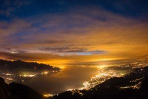 Abenddämmerung am Genfersee mit Montreux, Vevey und Lausanne, von links, aufgenommen ab Rochers de Naye am 29. Oktober 2011.