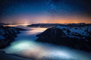 Nebelmeer über dem Lütschinental, aufgenommen am 31. Januar 2011 ab Männlichen. Hinten die Lichter von Interlaken, Thun und Bern.